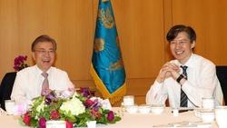 GSOMIA 破棄 韓国 大統領退陣 集会 文在寅大統領(左)と昼食をとる民情首席秘書官時代のチョ・グク氏の画像