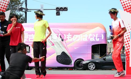 MGC ピンクシューズ ヴェイパーフライネクスト% ナイキシューズの広告車の画像
