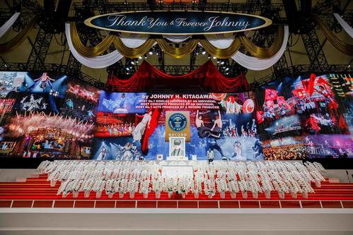 ジャニー喜多川 お別れ会 芸能人 コメント ジャニー喜多川さんのお別れの会の祭壇の画像