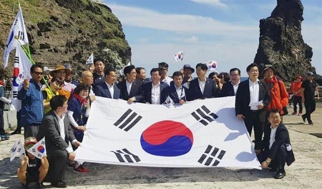 N国党 丸山議員 竹島 戦争 竹島に上陸した韓国の与党「共に民主党」の国会議員らの画像の画像